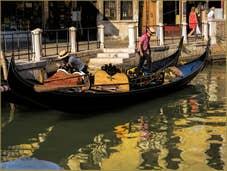 Gondoles dans l'or du Rio de la Maddalena