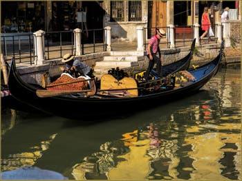 Gondoles dans l'or du Rio de la Maddalena, dans le Sestier du Cannaregio à Venise.