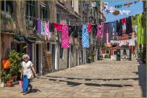 Jour de lessive et Couleurs Corte de Ca' Sarasina, dans le Sestier du Castello à Venise.