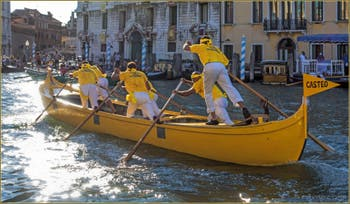 La Caorlina jaune du Castello à la Regata Storica, la Régate Historique de Venise.