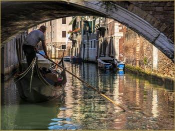 Gondole dans les reflets du Rio dei Santi Apostoli, dans le Sestier du Cannaregio à Venise.