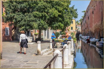 La vie vénitienne sur le Campo de le Gorne, le long du mur d'enceinte de l'Arsenal, dans le Sestier du Castello à Venise.