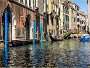En gondole et en beauté, dans les couleurs du Rio de la Fava dans le Sestier de Saint-Marc à Venise.