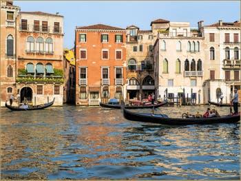 Gondoles sur le Grand Canal de Venise, face au Campiello del Remer, dans le Sestier du Cannaregio à Venise.