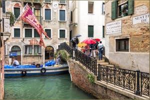 Pluie et Parapluies sur le Pont del Cristo, dans le Sestier du Cannaregio à Venise.