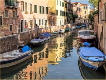 La Fondamenta et les reflets du joli Rio del Trapolin, dans le Sestier du Cannaregio à Venise.