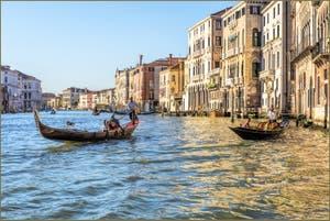 Gondole sur le Grand Canal de Venise en Or et Azur.