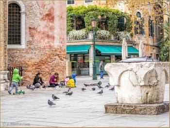 Enfants et Puits sur le Campo San Giacomo da l'Orio, dans le Sestier de Santa Croce à Venise.