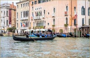 Le Traghetto de Santa Sofia sur le Grand Canal, devant le Palais Sagredo, dans le Sestier du Cannaregio à Venise.