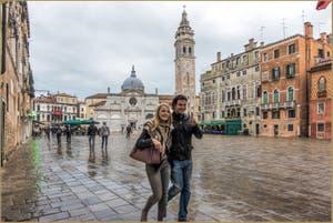 Amoureux sur le Campo de Santa Maria Formosa, dans le Sestier du Castello à Venise.