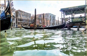 Gondoles, Riva del Vin sur le Grand Canal, dans le Sestier de San Polo à Venise.