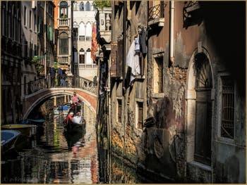 Gondole sous le pont de la Verona, sur le Rio Menuo o de la Verona, dans le Sestier de Saint-Marc à Venise.