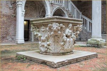 Le puits du XVe du Palazzo Morosini, sculpté par Bartolomeo Bon, dans le Sestier du Castello à Venise.