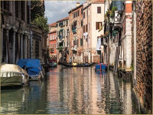 Sandolo et reflets, sur le Rio dei Santi Apostoli, dans le Cannaregio à Venise.