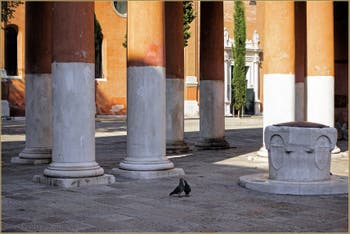 Le Campiello de la Chiesa et son puits du XIV-XVe siècle, dans le Sestier du Castello à Venise.