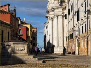 Le Campo dei Gesuiti, son puits et son église, dans le Sestier du Cannaregio à Venise.