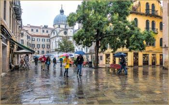 Pluie, couleurs et parapluies Campo Santa Maria Nova, dans le Sestier du Cannaregio à Venise.