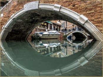 L'œil du Pont de Santa Maria Nova, dans le Sestier du Cannaregio à Venise.