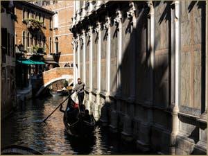 Gondole le long de l'église Santa Maria dei Miracoli, dans le Sestier du Cannaregio à Venise.
