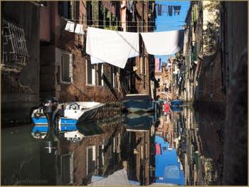 Miroir et Lessive Rio dei Scudi Santa  Ternita, dans le Sestier du Castello à Venise.