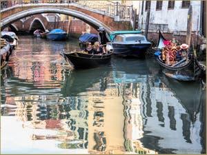 Reflets, Sandolo et Gondole sur le Rio del Mondo Novo, dans le Sestier du Castello à Venise.