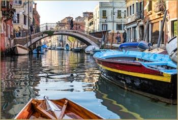 En Sandolo sur le Rio de la Sensa, devant le pont dei Mori, dans le Cannaregio à Venise.