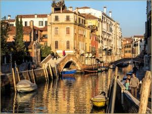 Dans les Reflets d'Or du Rio dei Carmini, devant le pont Briati, dans le Sestier du Dorsoduro à Venise.
