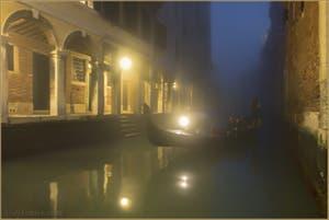 Gondole, Brouillard et Mystères de Venise, sur le Rio dei Santi Apostoli, dans le Cannaregio.