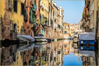 Dans le miroir du Rio de l'Acqua Dolce, dans le Cannaregio à Venise.