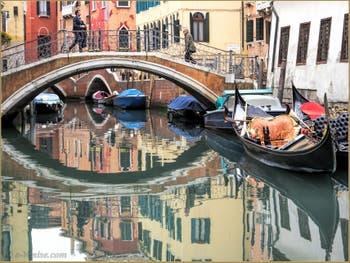 Reflets et Gondoles, Rio del Mondo Novo, dans le Castello à Venise.