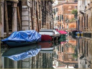 Plongée dans les Couleurs du Miroir du Rio de la Panada, dans le Sestier du Cannaregio à Venise.
