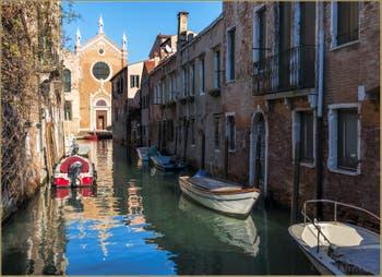 L'église de la Madona de l'Orto et le Rio Brazzo, dans le Sestier du Cannaregio à Venise.