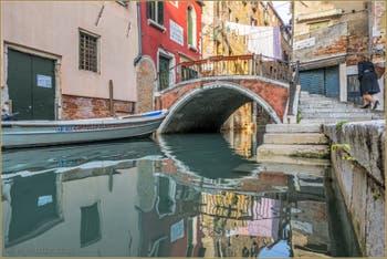 Reflets sous le pont de la Chiesa, sur le Rio de San Cassan, dans le Sestier de Santa Croce à Venise.