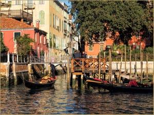 Gondoles et Gondoliers à San Vidal, à côté de l'Accademia, dans le Sestier de Saint-Marc à Venise.