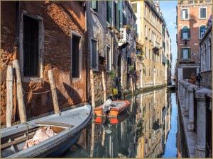 Reflets sur le Rio de la Panada, le long de la Fondamenta Giacinto Gallina, dans le Sestier du Cannaregio à Venise.