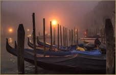 Gondoles dans le brouillard sur le Grand Canal