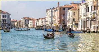 Soleil, Gondoles et Traghetto sur le Grand Canal de Venise.