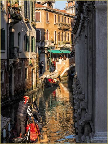Gondole dans l'Or du Rio dei Miracoli, dans le Cannaregio à Venise.