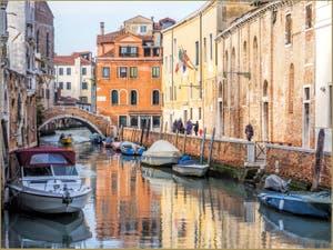 Le Rio de Santa Caterina, devant le pont de la Racheta, dans le Sestier du Cannaregio à Venise.