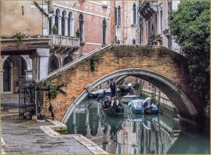 Gondole sur le Miroir du Rio de Ca' Widmann, dans le Cannaregio à Venise.