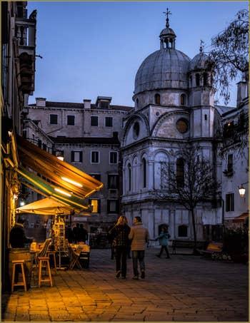 Promenade nocturne sur le Campo Santa Maria Nova, dans le Sestier du Cannaregio à Venise.