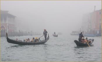 Gondoles dans le brouillard sur le Grand Canal de Venise.
