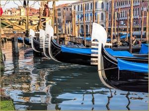 Les Gondoles de la Riva del Vin, le long du Grand Canal, dans le Sestier de San Polo à Venise.