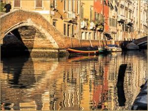 Dans l'Or du Rio dei Carmini sous le pont Briati, dans le Dorsoduro à Venise.