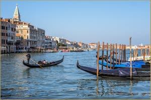 Gondoles sur le Grand Canal de Venise, face au bassin de Saint-Marc.
