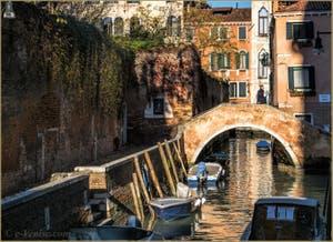 Venise Romantique, le Rio dei Grimani Servi et le pont Moro, dans le Cannaregio à Venise.