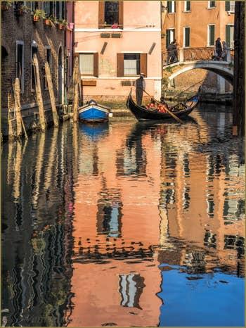 Gondole sur le Rio dei Santi Apostoli dans le Cannaregio à Venise.