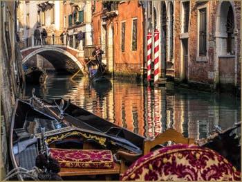 Sandoli et Gondole sur le Rio de la Fava devant le pont Sant'Antonio à Venise.