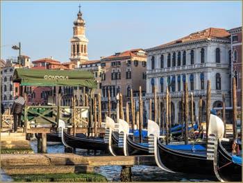 Les Belles Gondoles de la Riva del Vin le long du Grand Canal de Venise.