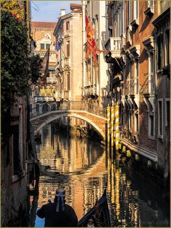 Gondole sur le Rio et devant le pont del Borgoloco, dans le Castello à Venise.